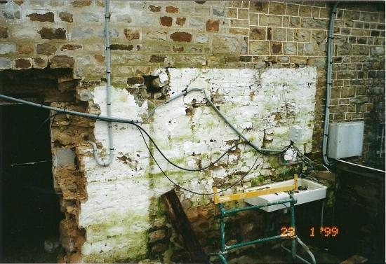 23 janvier 1999, aperçu d'une partie de la façade Ouest de la ferme juste avant que le maçon ne la retouche.