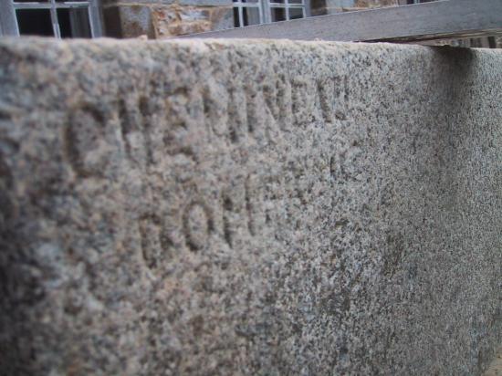 2 avril 2008, inscription sur un granite de la fenêtre Est du 1er étage du bâtiment Nord.