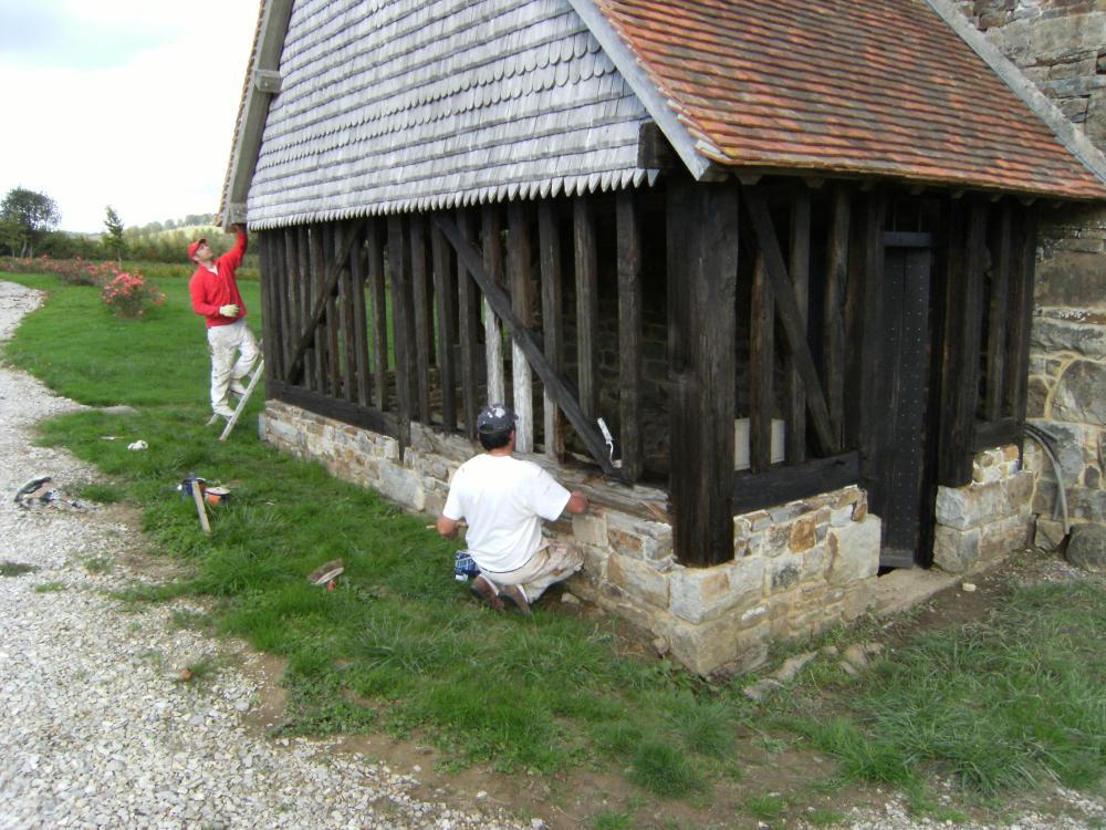 13 octobre 2009, l'entreprise DUBOURG de Flers en train de lasurer les colombes de l'appentis de la cave.