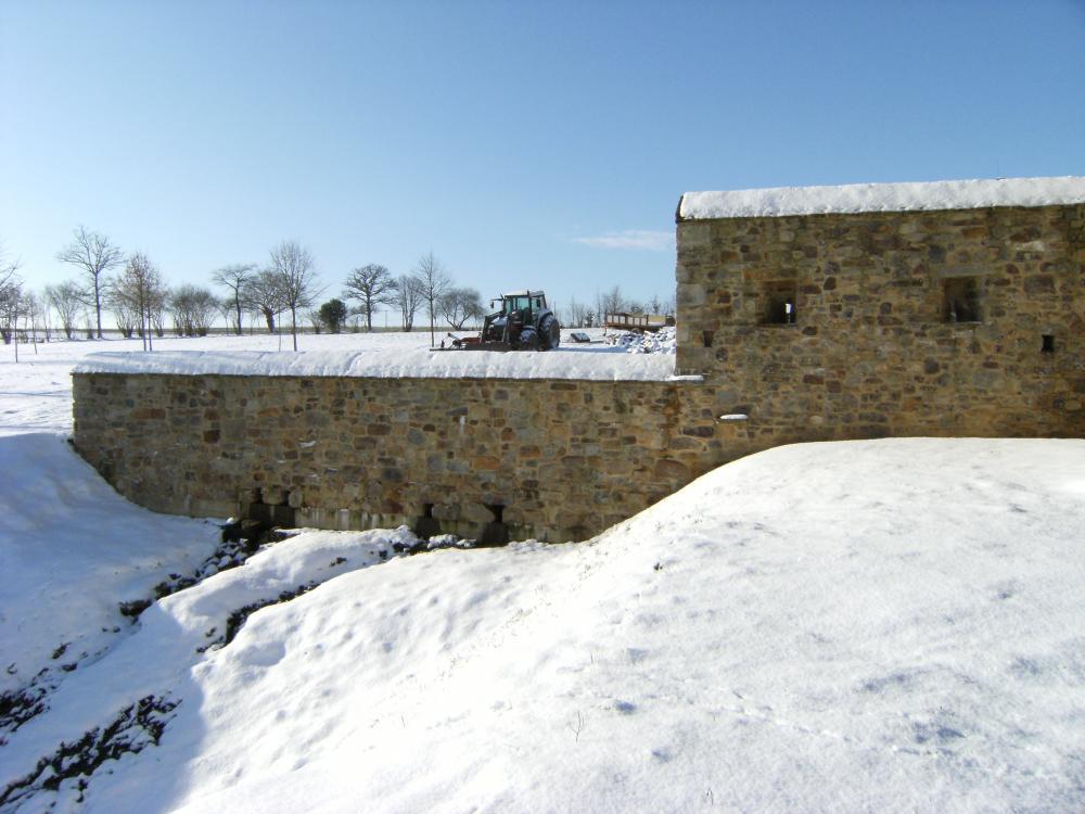 19 décembre 2009, le mur des douves sous la neige.