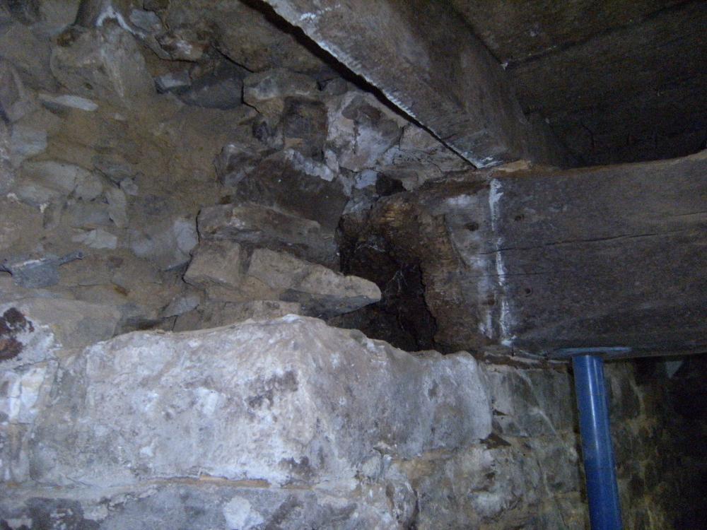 La poutre atteinte par la mérule, photo prise juste avant le traitement du 23 août 2010 par HUMIDITEC (on voit la partie atteinte, à gauche de la poutre, dans le mur dont le parement intérieur avait été préalablement démonté).