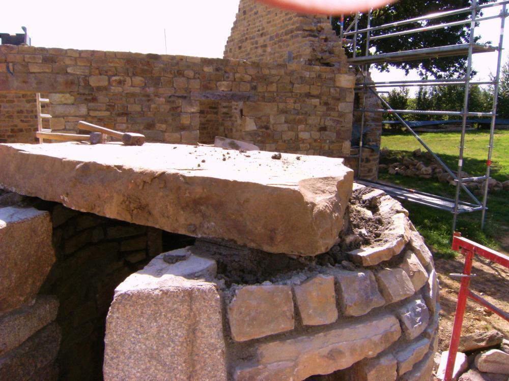 Mardi 14 septembre 2010, une très belle pierre a été placée au sommet du puits.