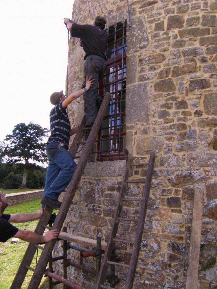 Vendredi 17 septembre 2010, les compagnons de Roland FORNARI fixent une grille sur la tour Nord-Est du logis.