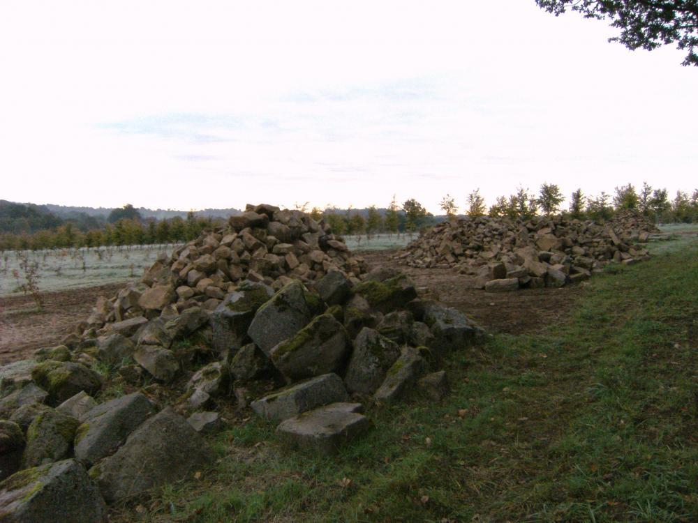 26 octobre 2010, les tas de pierres désormais triées.