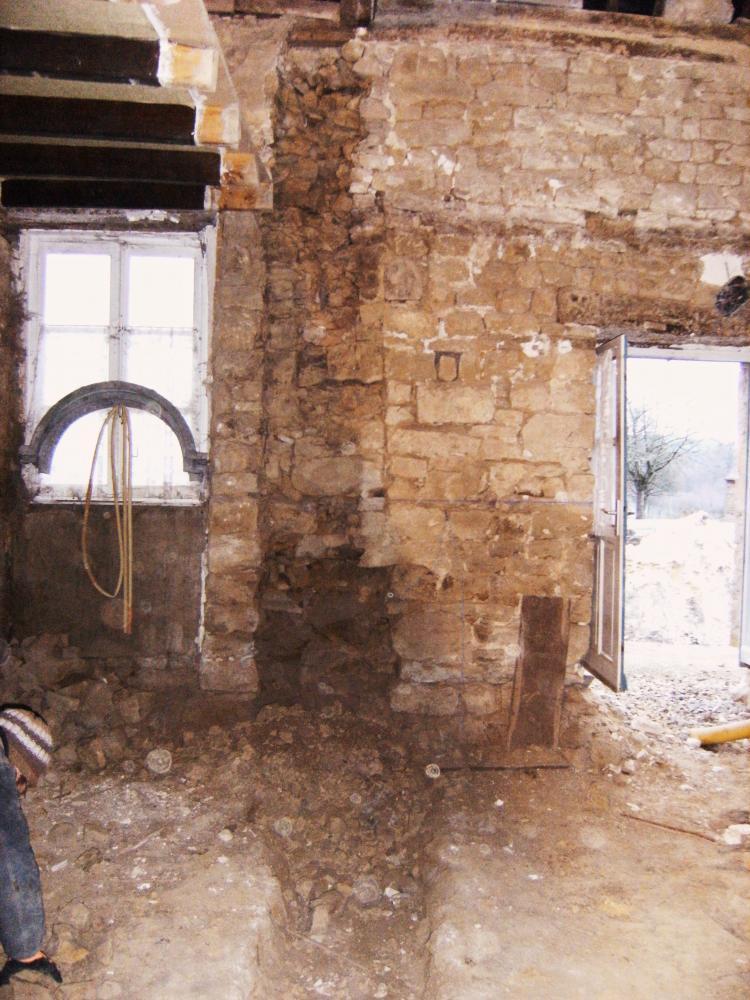 9 décembre 2010, décapage du parement intérieur du mur Est de la ferme, au droit du futur mur de refend.