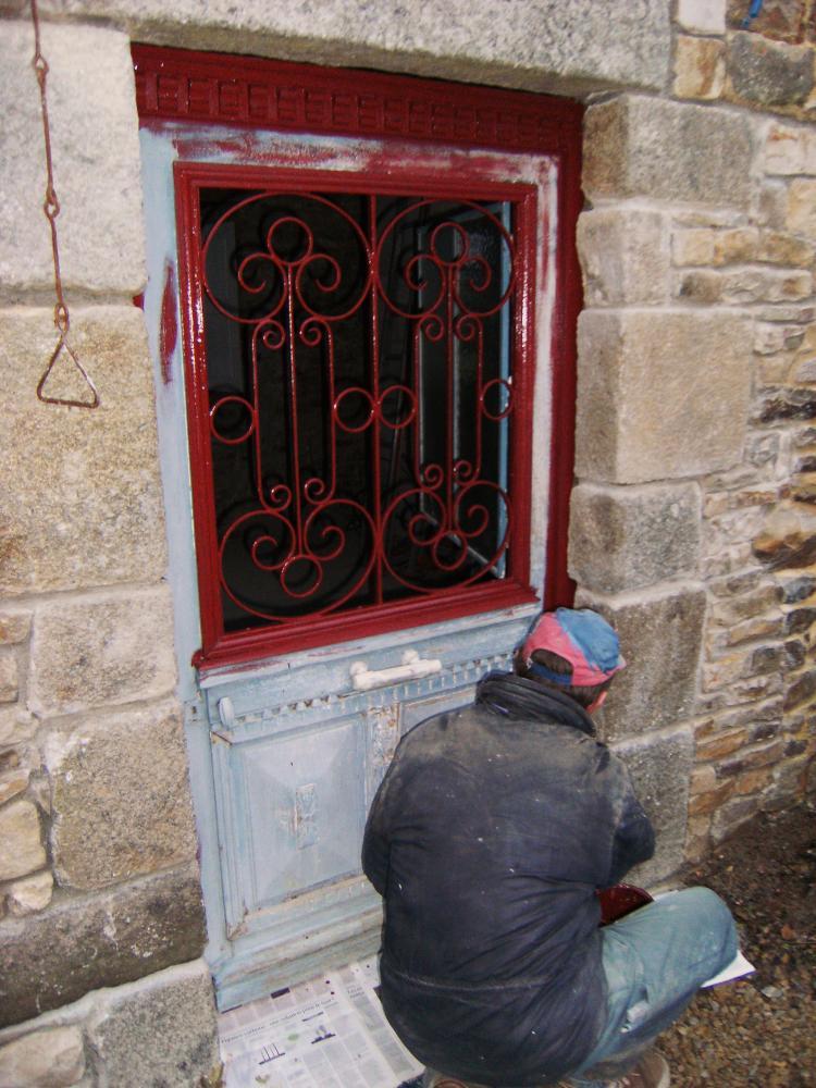 10 décembre 2010, Pascal en train de peindre en rouge la porte provisoire du bâtiment Nord.