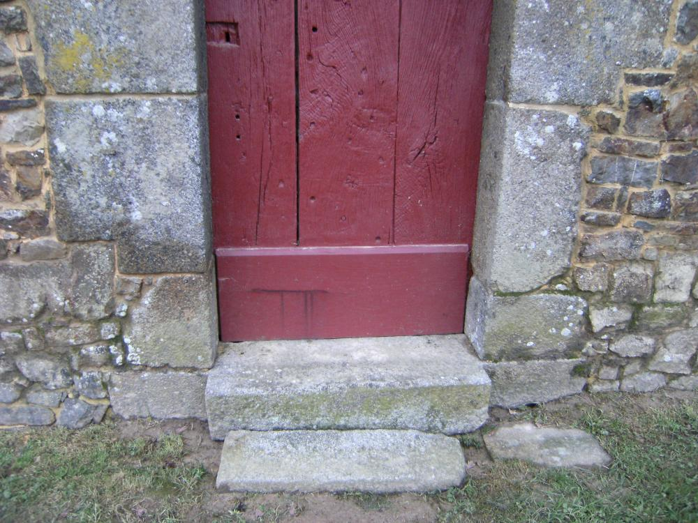 11 décembre 2010, coulure de tanin sur la partie récemment restaurée de la porte Est du logis.