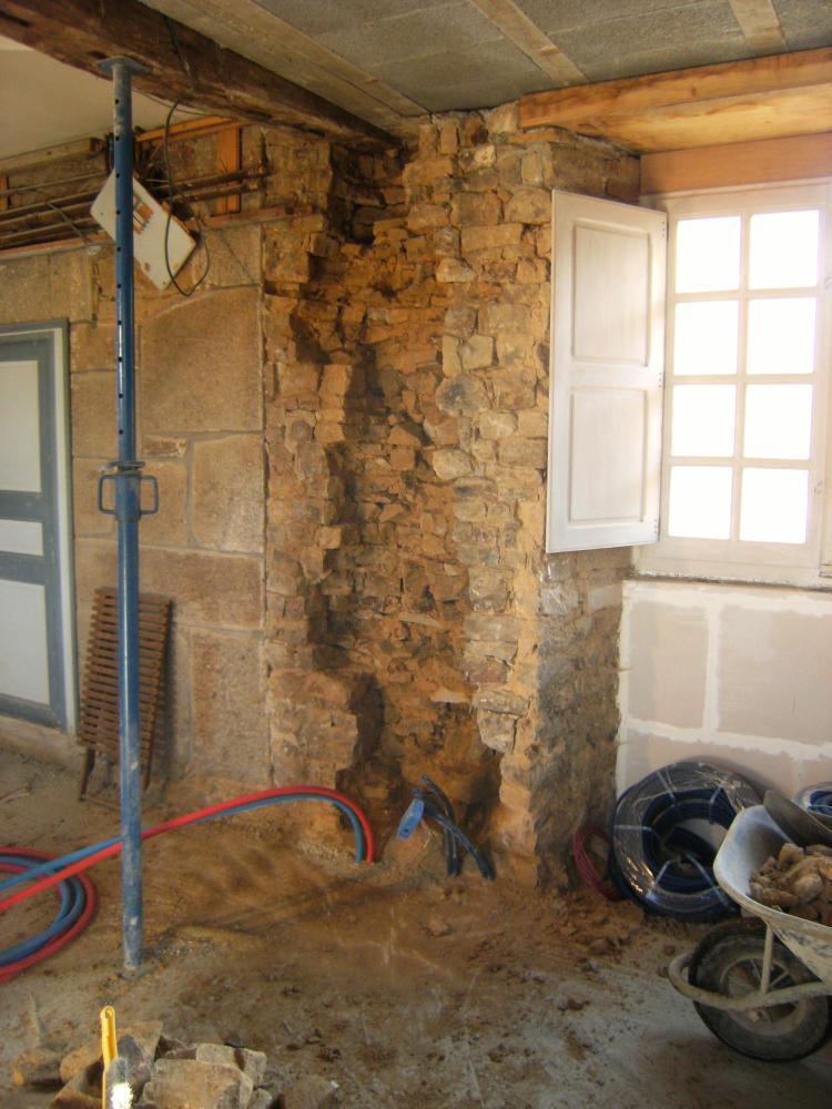 15 décembre 2010, une saignée, oeuvre de Pascal, au rez-de-chaussée du bâtiment Nord pour encastrer des fils électriques.