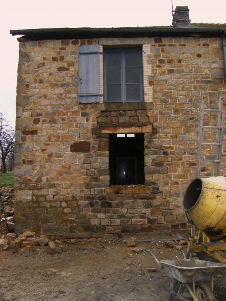 29 décembre 2010, fin du gros-œuvre de la maçonnerie extérieure de l'ouverture Sud-Est de la ferme.