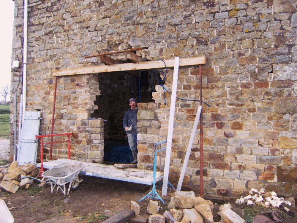 29 décembre 2010, poursuite de la maçonnerie extérieure de la porte Sud de la ferme.