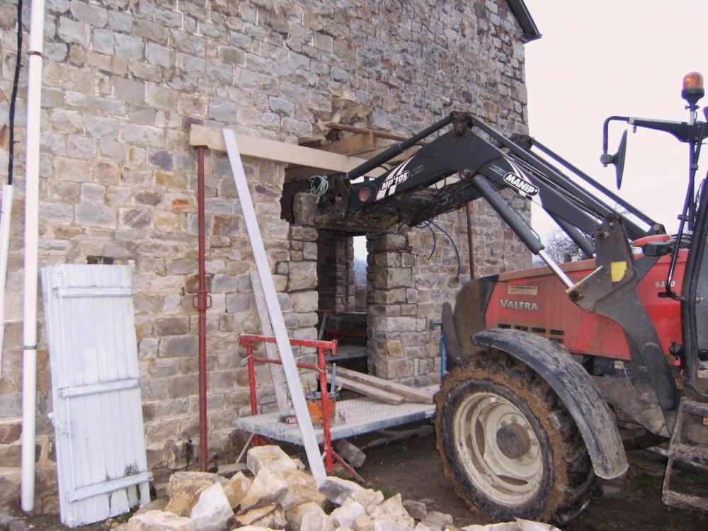 3 janvier 2011, pose du linteau de la porte Sud de la ferme.