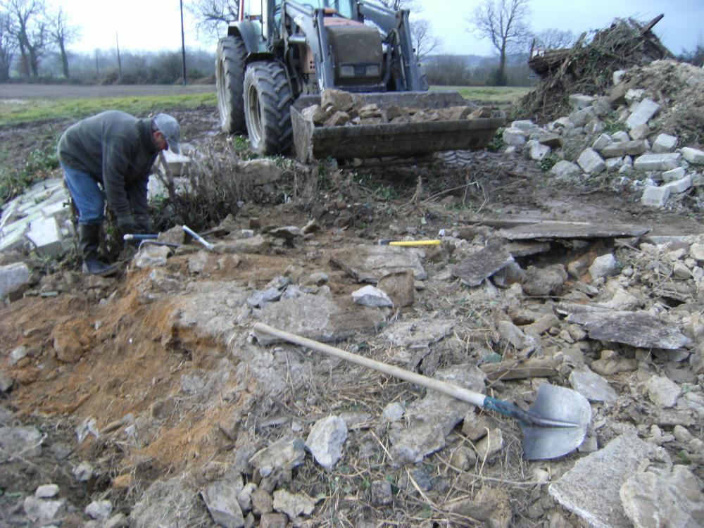 14 janvier 2011, Bernard aide Pascal à démonter l'ancienne porcherie du Haut Champ.