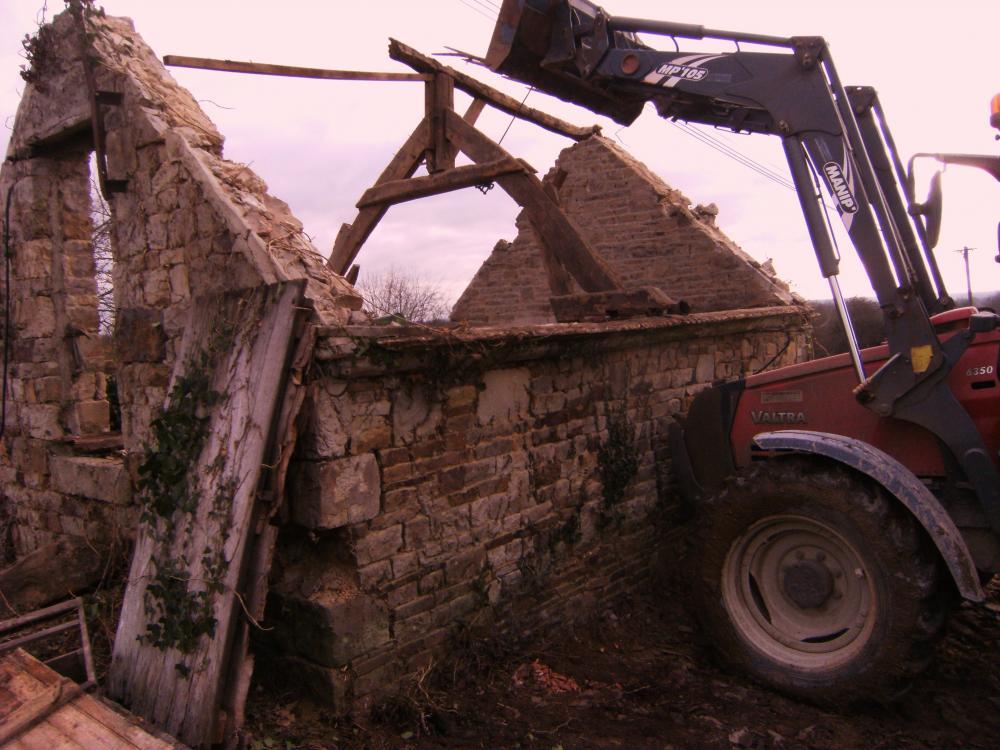 19 janvier 2011, enlèvement de la charpente de l'ancienne porcherie du Haut Champ.