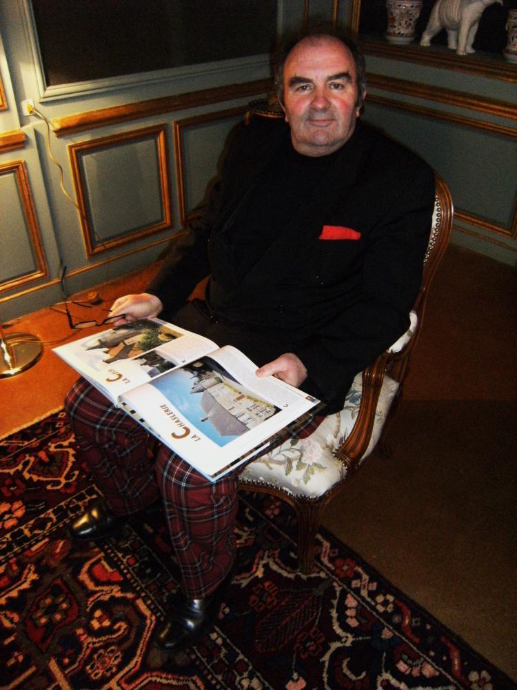 12 février 2011, Pierre Boullé en train de me lire la page 64 de l'ouvrage qu'il vient de m'offrir.