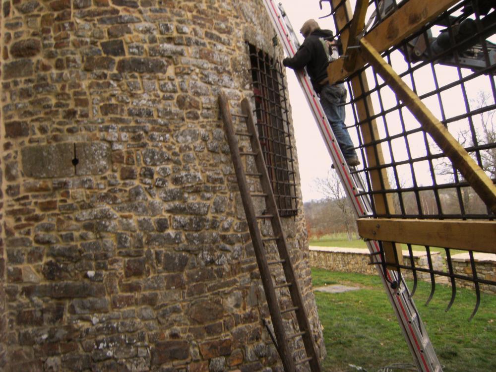 16 février 2011, une petite grille est fixée à la tour; la grande attend au bout du Valtra.