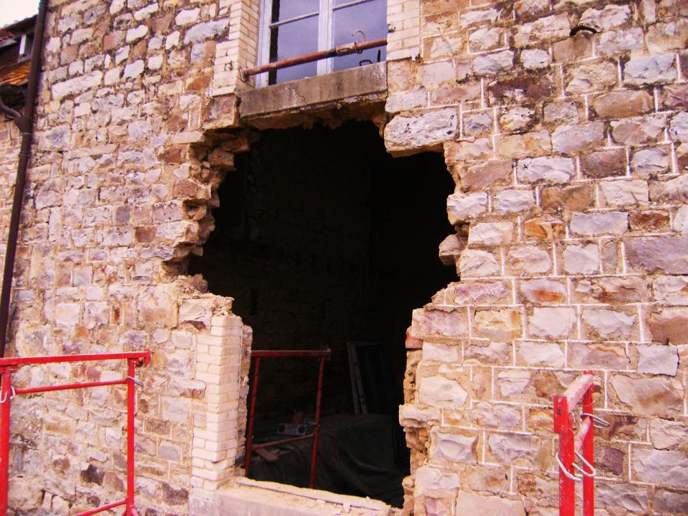 22 février 2011, la fenêtre Ouest de l'extension Sud de la ferme en cours de démontage.