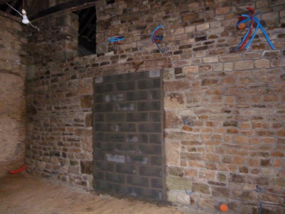 23 février 2011, la cloison de séparation entre le futur petit salon et le futur grand salon de la ferme.