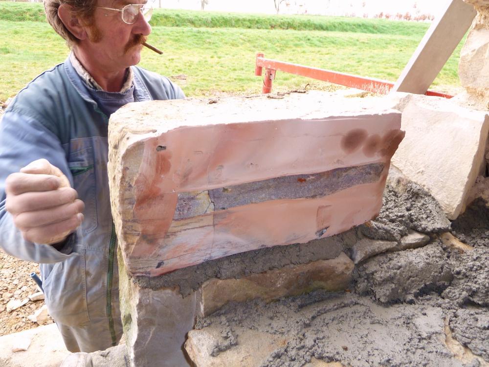 25 février 2011, une pierre taillée et posée en tout début d'après-midi.