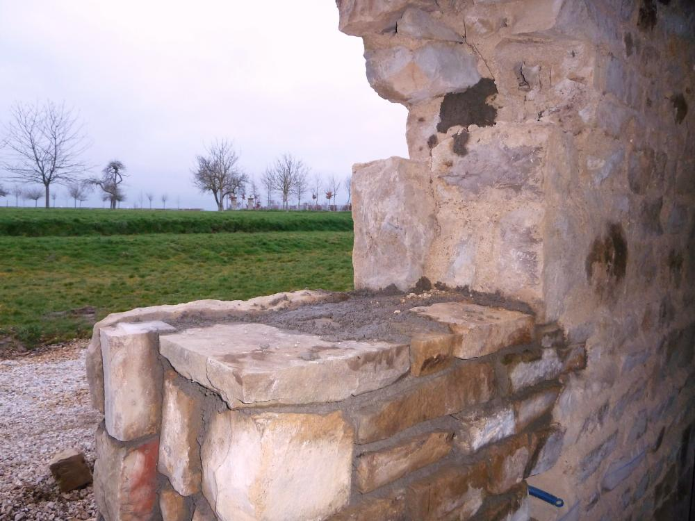 25 février 2011, la trace d'une ancienne ouverture de l'extension Sud de la ferme.