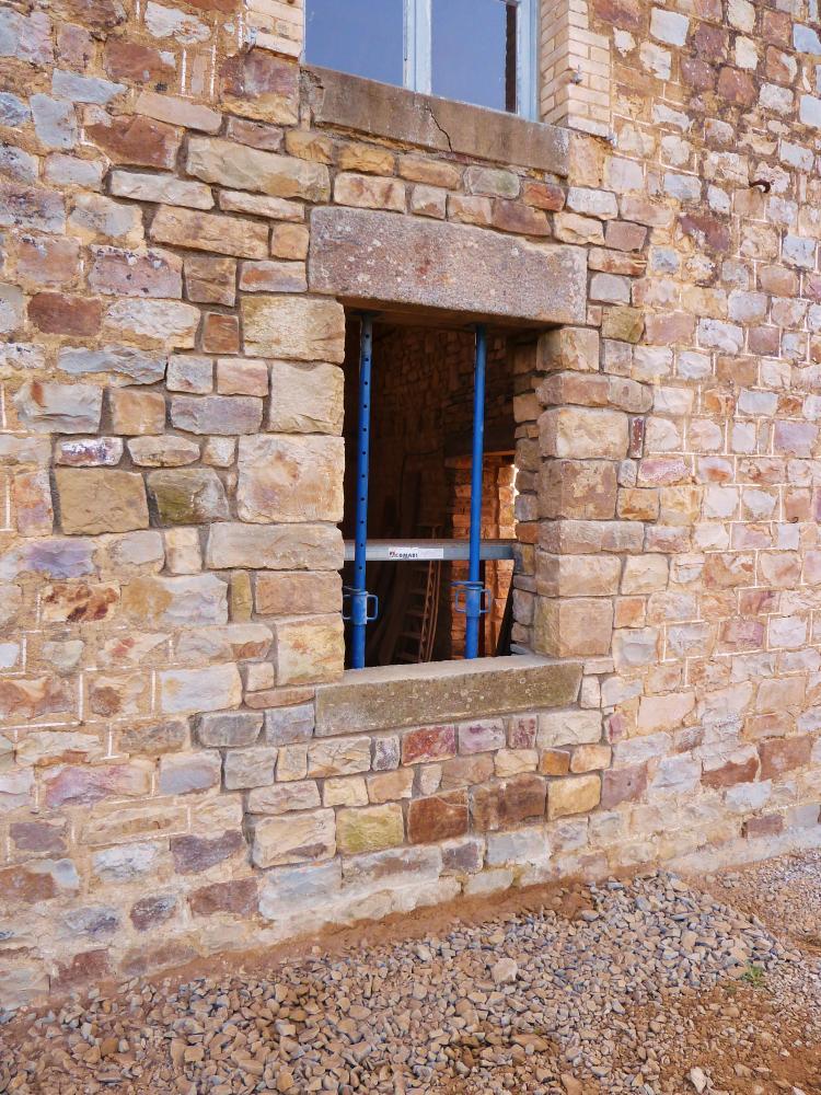 3 mars 2011, la fenêtre Ouest de l'extension Sud de la ferme, vue de l'extérieur.