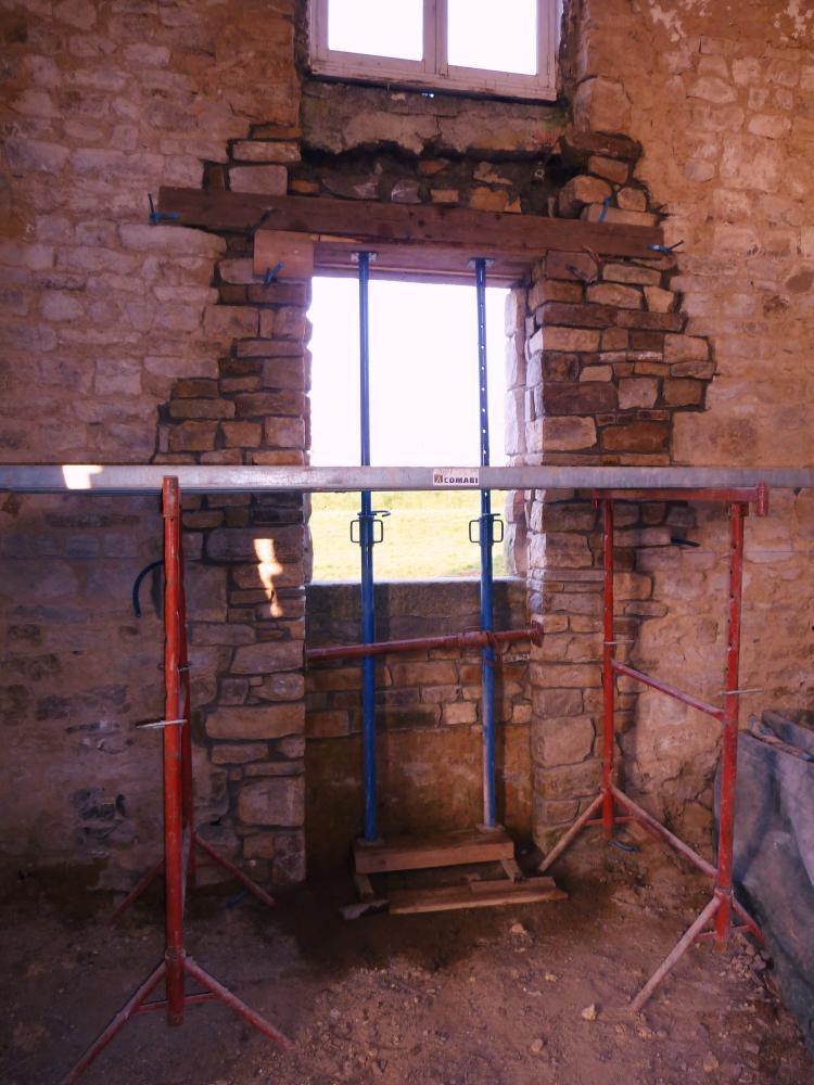 3 mars 2011, la fenêtre Ouest de l'extension Sud de la ferme, vue de l'intérieur.