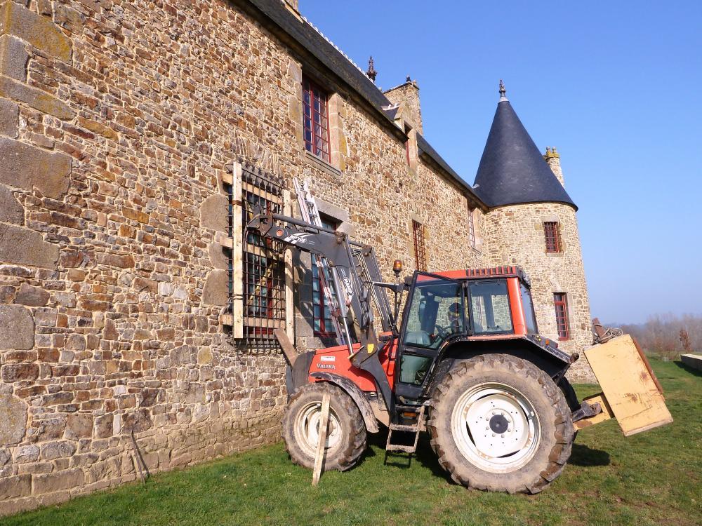 3 mars 2011, présentation de la grille devant une des fenêtres du salon, Pascal est au volant.