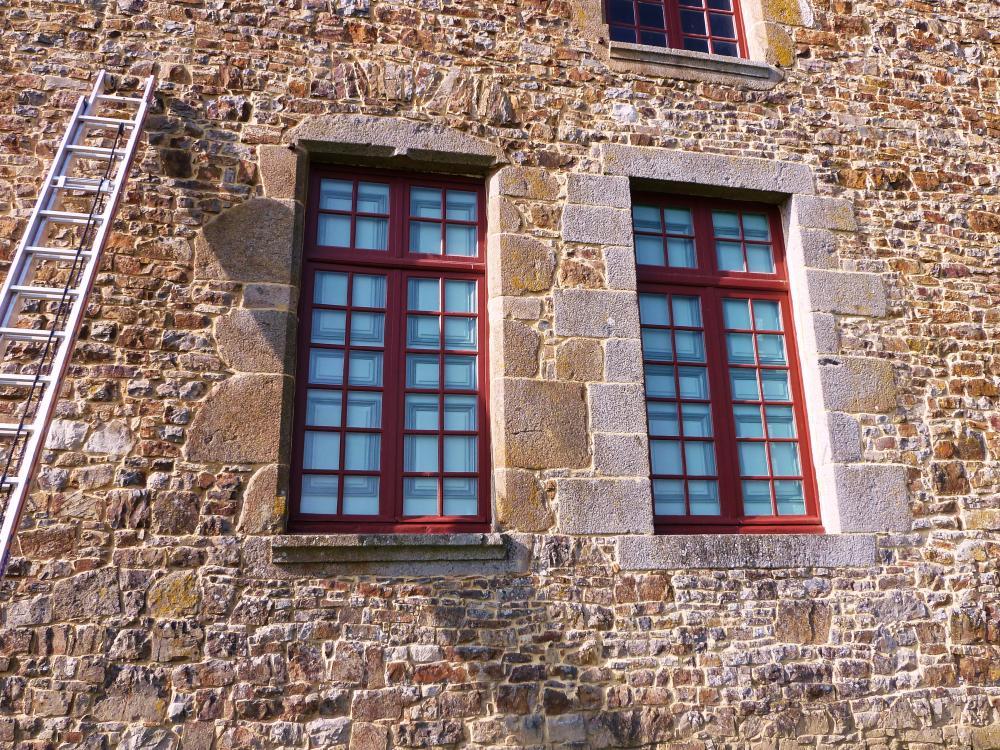 3 mars 2011, les deux fenêtres du grand salon avant la pose des grilles.