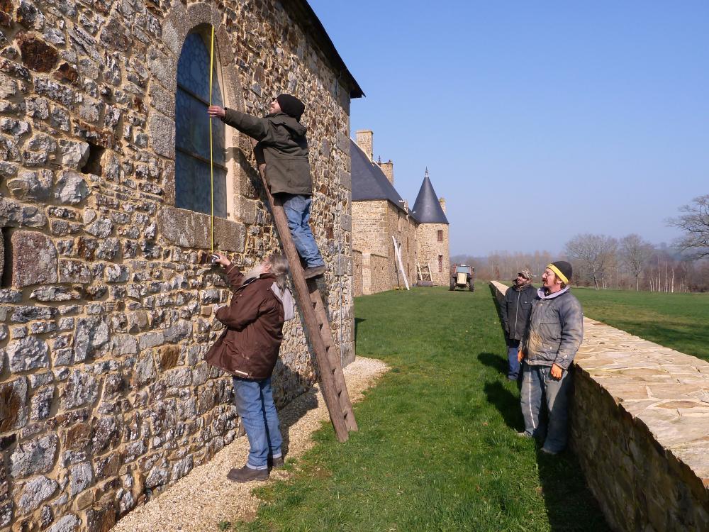 3 mars 2001, Roland FORNARI prend les mesures des fenêtres de la chapelle devant un nombreux public...