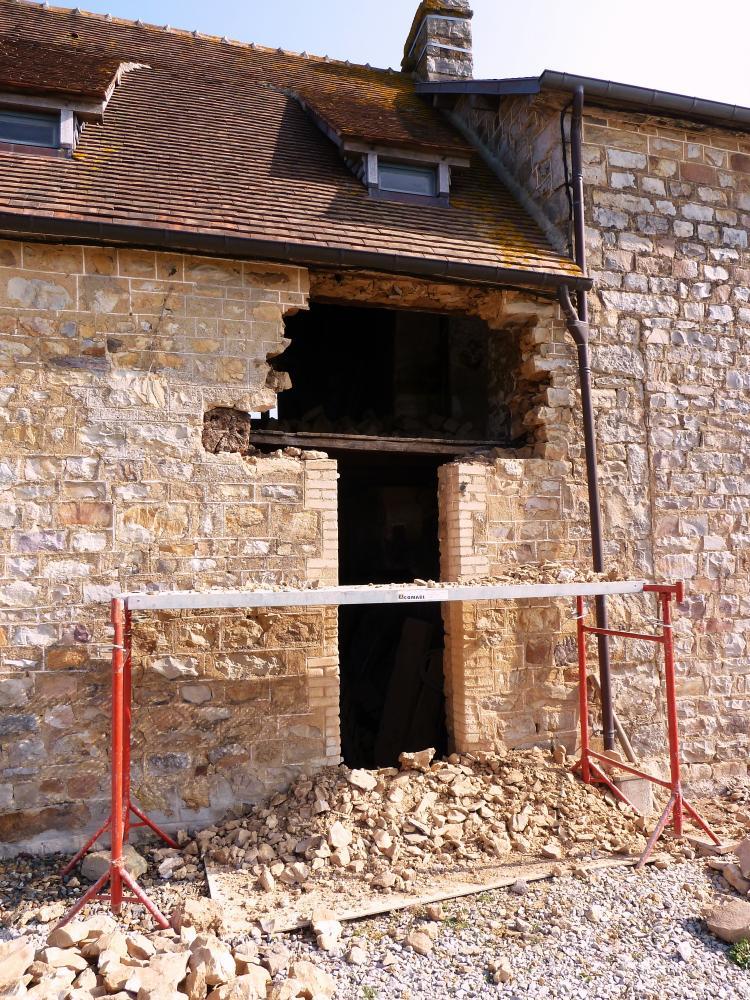 3 mars 2011, le début de la restauration de la future fenêtre Ouest du salon de la ferme.