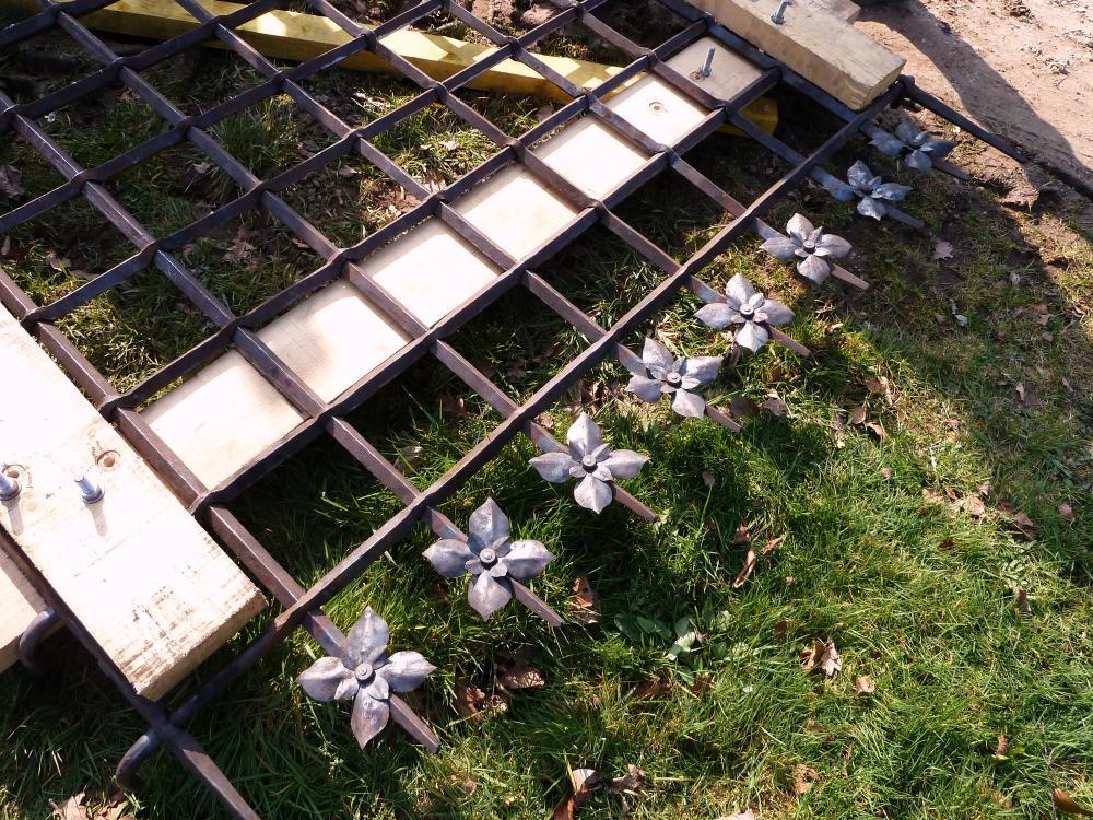 3 mars 2011, les fleurs forgées d'une grande grille.