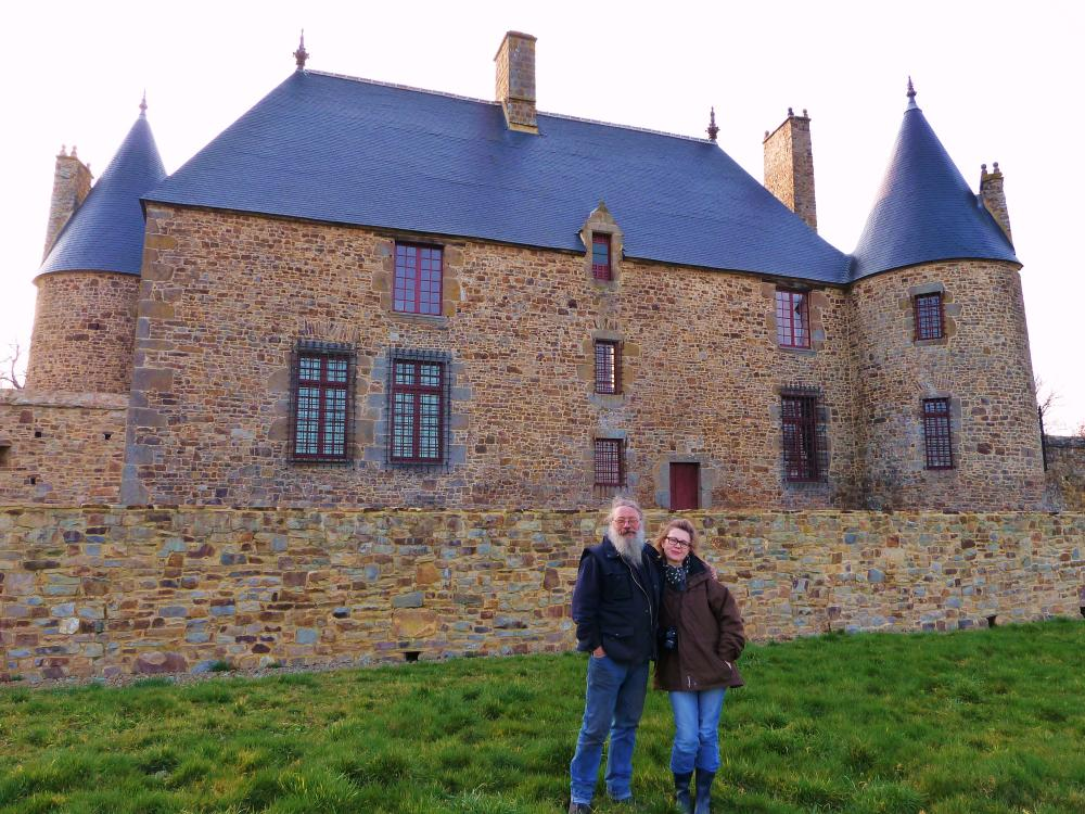 4 mars 2011, Roland FORNARI et Lucyna GAUTIER devant le logis de la Chaslerie.