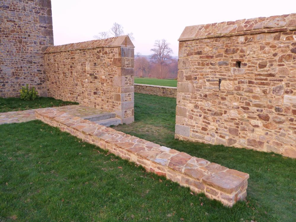 4 mars 2011, l'emplacement de la future grille du mur entre la chapelle et le manoir.