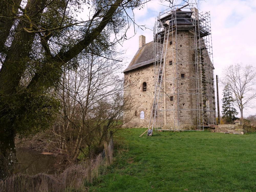 18 mars 2011, Mebzon au bord de la Mayenne, vue de la façade arrière avec la tour d'escalier.