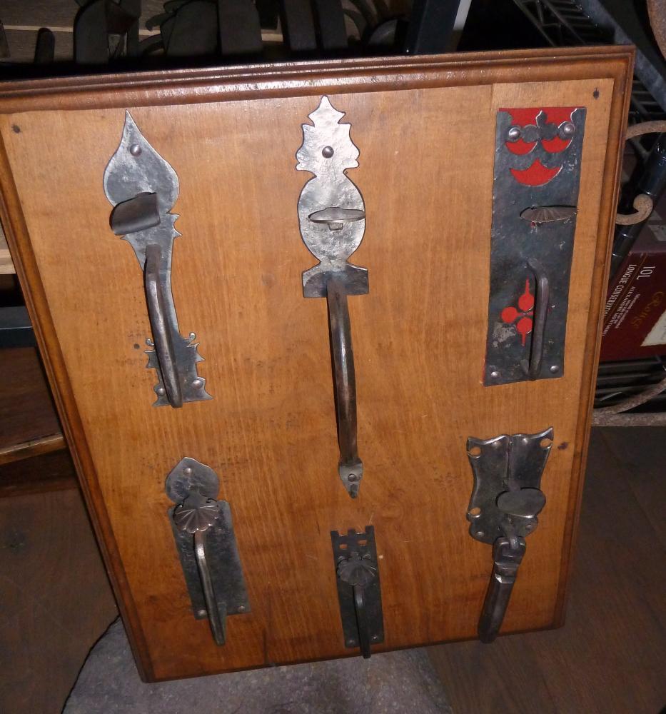 18 mars 2011, clenches à poucier présentées dans le magasin de Roland FORNARI au Sap.