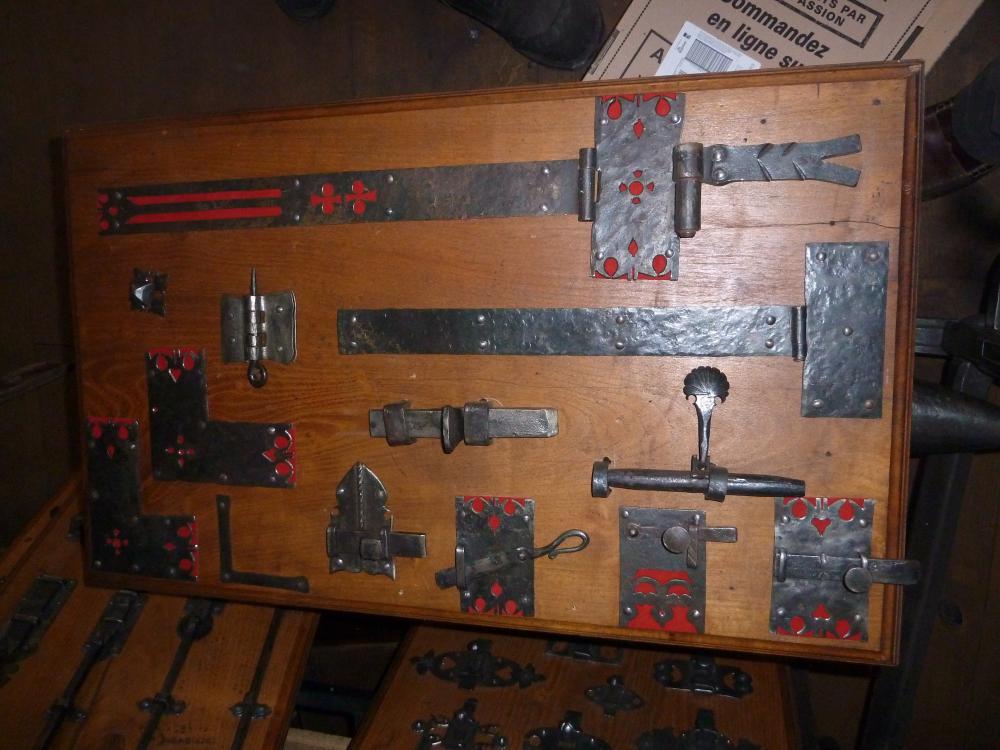 18 mars 2011, pentures, targettes, loqueteaux et verrou présentés dans le magasin de Roland FORNARI au Sap.