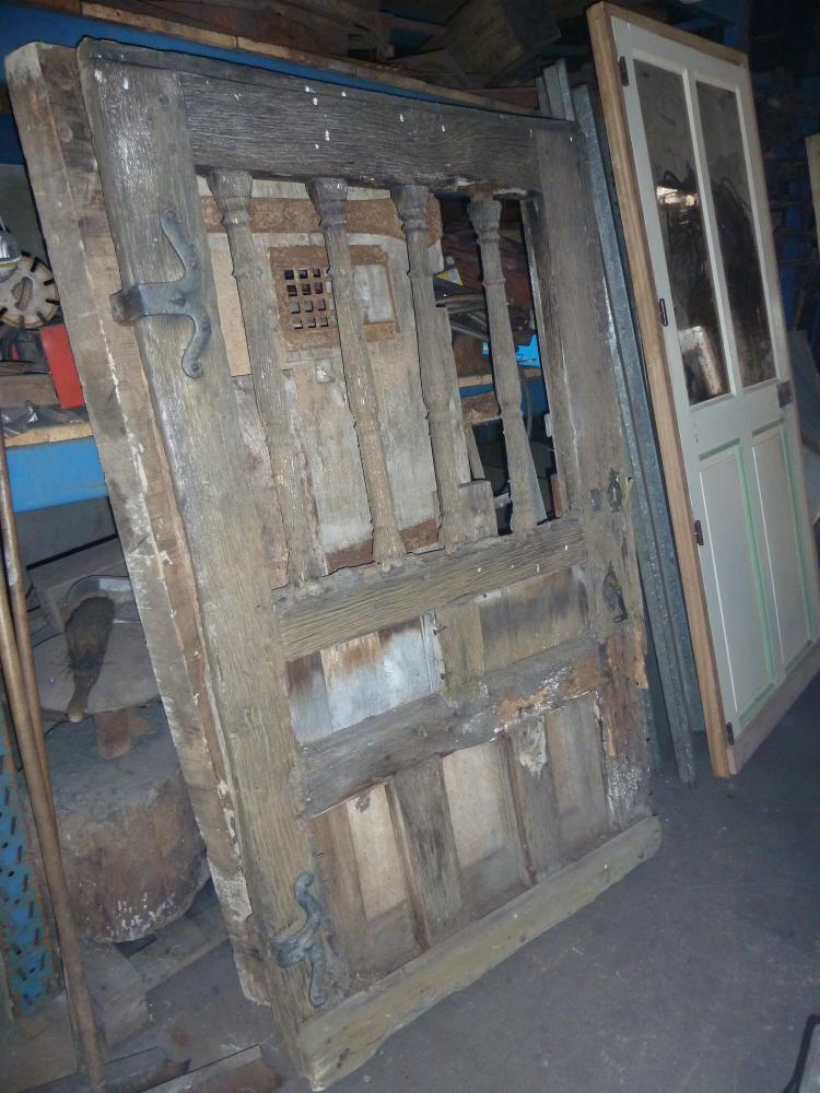 18 mars 2011, face extérieure de la porte ancienne en dépôt dans l'atelier de Roland FORNARI au Sap.