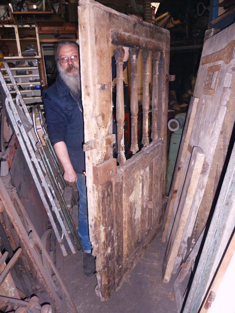 18 mars 2011, face intérieure d'une ancienne porte en dépôt dans l'atelier de Roland FORNARI au Sap.