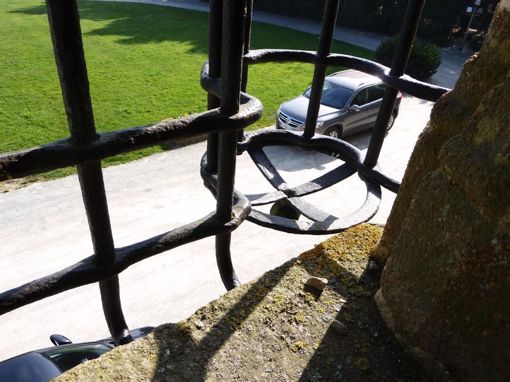 25 mars 2011, le bas d'un cylindre de la grille de la tour de Rânes, vue de l'intérieur de la tour.