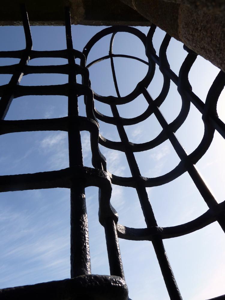 25 mars 2011, le haut d'un cylindre de la grande grille de la tour de Rânes.