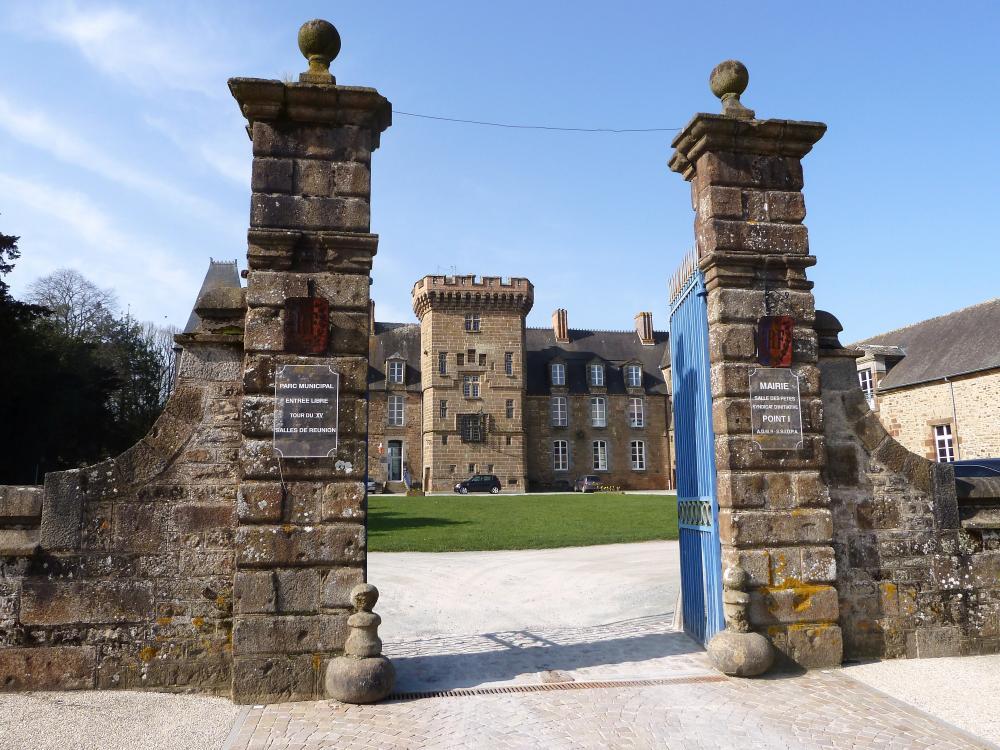 25 mars 2011, le grand portail du château de Rânes.