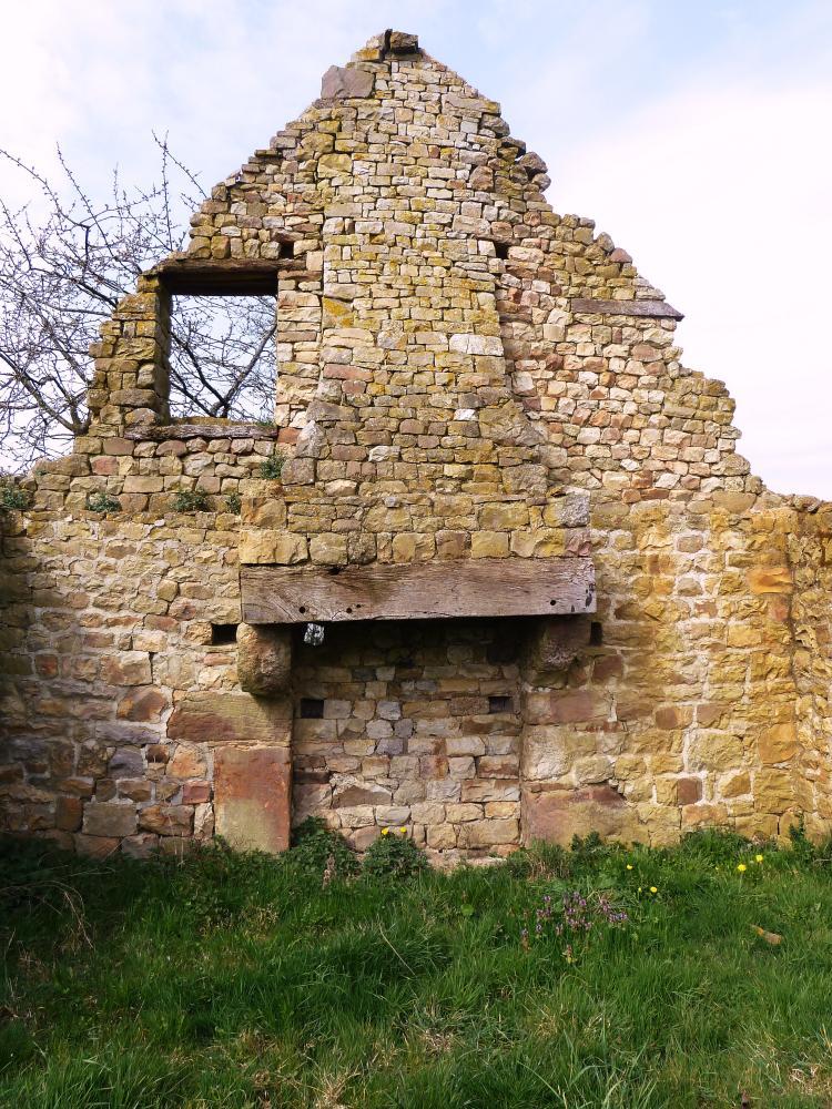 25 mars 2011, une cheminée rustique typique du Domfrontais.
