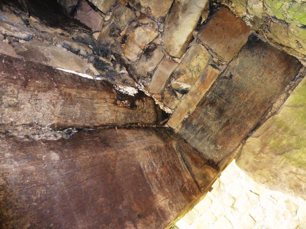25 mars 2011, intérieur d'une cheminée traditionnelle à linteau de bois.