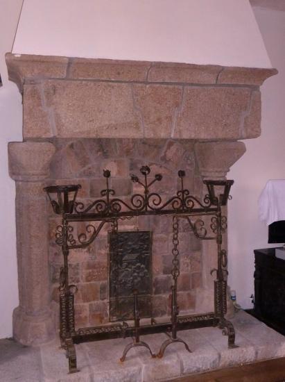 L'ancienne cheminée de Mebzon, actuellement au 1er étage du logis de la Chaslerie.