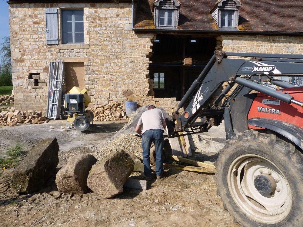 9 avril 2011, Philippe JARRY décharge les granits tandis que Pascal conduit le
