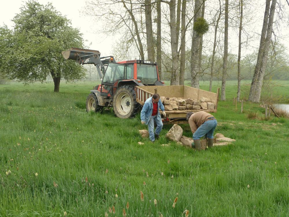 11 avril 2011, le chargement des pierres d'un ancien poulailler à Saint-Gilles-des-Marais.