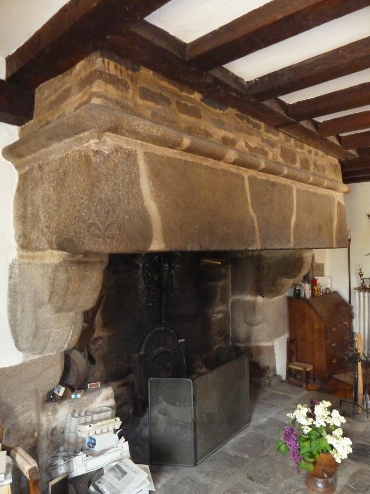 16 avril 2011, la cheminée de la salle de séjour du manoir des Brosses à Céaucé.