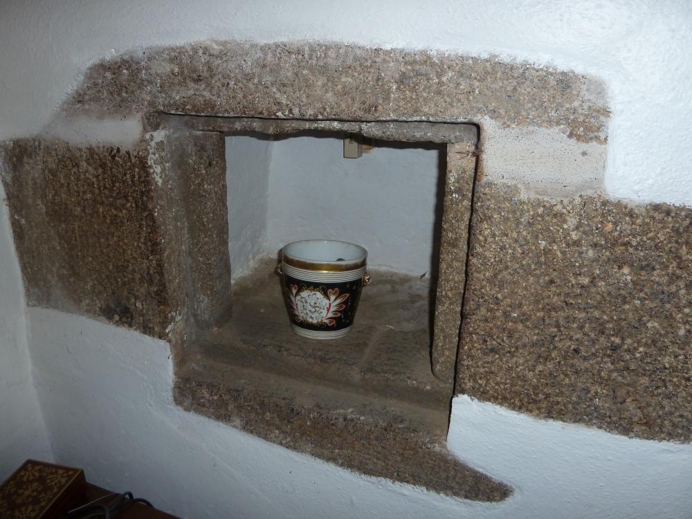 16 avril 2011, la niche à gauche de la cheminée au manoir des Brosses.