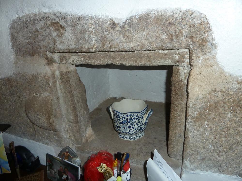 16 avril 2011, la niche à droite de la cheminée au manoir des Brosses.