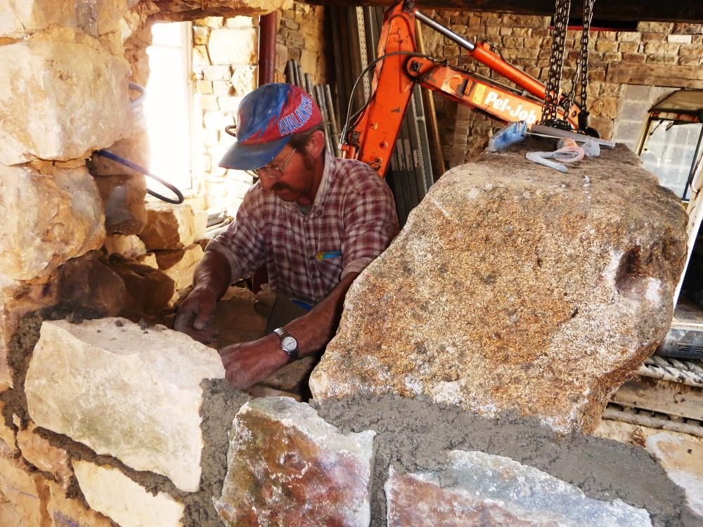 19 avril 2011, Pascal en train de reboucher le trou percé pour le corbeau droit.