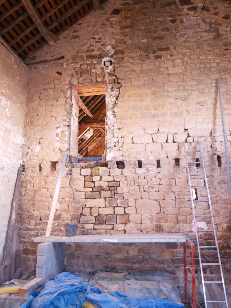20 avril 2011, le mur de la cheminée vu de la future cuisine de la ferme.